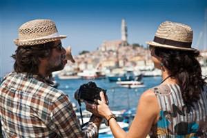 tourists-taking-photographs